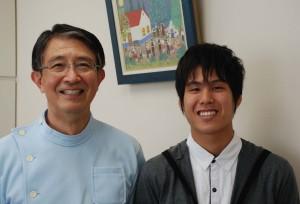 ふじさわ矯正歯科で治療を終えた患者様。院長と共に。